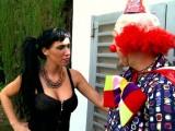 Le clown montre ses farces et attrape une bonnasse